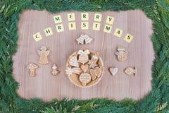 在圣诞节题材的姜饼和蜂蜜曲奇饼 免版税图库摄影