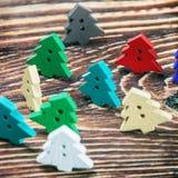 在圣诞节题材的被雕刻的木按钮在桌上 免版税库存图片