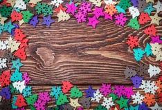 在圣诞节题材的被雕刻的木按钮  免版税图库摄影