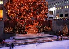 在圣诞节,纽约的Prometheus雕象 免版税库存照片