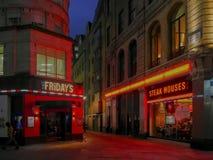 在圣诞节-星期五伦敦晚上前的城市 免版税库存照片