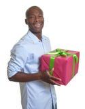 在圣诞节购物以后的非洲人 库存照片