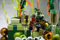 在圣诞节bokeh背景的两块香槟玻璃与雪 库存照片