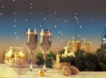 在圣诞节bokeh背景的两块香槟玻璃 库存图片