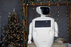 在圣诞装饰背景,圣诞树,bokeh的有人的特点的自治机器人 免版税图库摄影