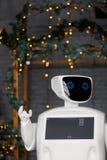在圣诞装饰背景,圣诞树,bokeh的有人的特点的自治机器人 库存照片