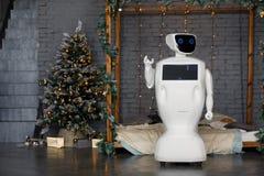 在圣诞装饰背景,圣诞树,bokeh的有人的特点的自治机器人 免版税库存图片