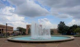 在圣路易大学入口,圣路易斯密苏里的喷泉 免版税图库摄影