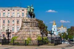 在圣迈克尔修道院的波格丹赫梅利尼茨基纪念碑在Kyiv 库存图片