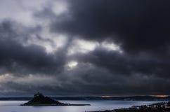 在圣迈克尔` s登上的微暗的云彩 免版税库存图片
