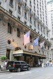 在圣里吉斯旅馆前面的黑suv在曼哈顿纽约 图库摄影