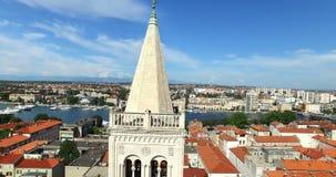 在圣阿纳斯塔西娅大教堂顶部塔的天使在扎达尔,克罗地亚 股票录像