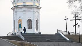 在圣附近Paraskeva教堂的步行  股票录像