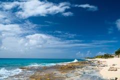 在圣马丁加勒比的美丽的海岸 免版税图库摄影