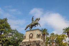 在圣马丁省广场-科多巴,阿根廷的圣马丁省雕象 免版税库存图片