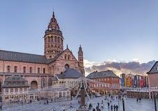 在圣马丁` s大教堂的圣诞节市场在美因法 免版税库存照片