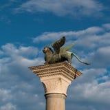 在圣马克& x27的飞过的狮子专栏; s正方形,威尼斯,意大利 免版税库存图片