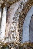 在圣马克` s大教堂外部曲拱埋置的美好的雕塑在威尼斯 库存照片