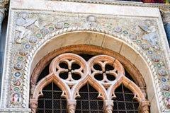 在圣马克` s大教堂外部的详细的雕刻在威尼斯 免版税库存照片