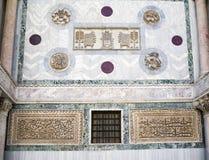 在圣马克` s大教堂的美好的石雕刻在威尼斯 免版税库存照片