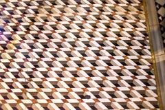 在圣马克` s大教堂里面的象Escher的拼花地板瓦片在威尼斯 库存照片