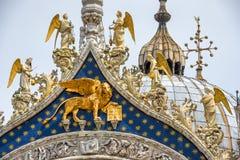 在圣马克` s大教堂门面的飞过的狮子在威尼斯 免版税库存图片