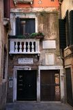 在圣马克` s正方形和Rialto Bri附近的老威尼斯式小胡同 免版税库存照片