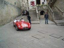 在圣马力诺,意大利街道上的跑车  免版税库存照片