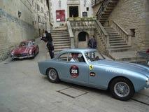 在圣马力诺,意大利街道上的跑车  库存图片