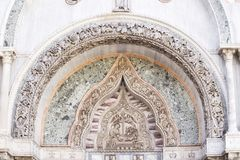 在圣马尔谷教堂大教堂门面的建筑装饰在威尼斯 库存图片