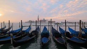 在圣马尔谷教堂广场,威尼斯,意大利的威尼斯长平底船 股票录像