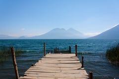 在圣马科斯La拉古纳危地马拉的湖Atitlan木路 免版税图库摄影