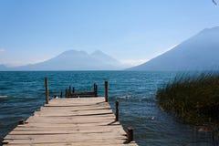 在圣马科斯La拉古纳危地马拉附近的湖Atitlan木路 免版税库存照片