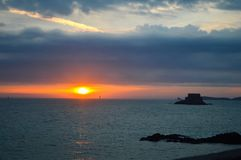 在圣马洛湾的日落 免版税库存照片