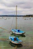 在圣马洛湾附近的帆船 免版税库存照片