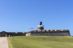 在圣费利佩del Morro卡斯蒂略顶部的灯塔 免版税库存照片