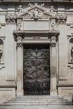 在圣洁十字架的著名大教堂教会的正方形的老门 意大利 免版税库存照片