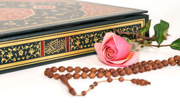 在圣洁古兰经的回教念珠小珠 免版税库存图片