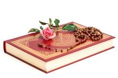 在圣洁古兰经的回教念珠小珠 库存照片