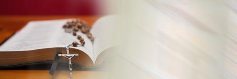 在圣经和模糊的白色转折的念珠 库存照片