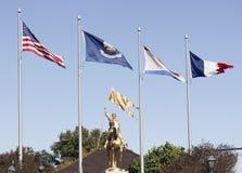 在圣贞德雕象的旗子 免版税库存图片