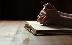 在圣经的妇女手 库存图片