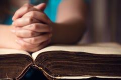 在圣经的手 免版税库存图片