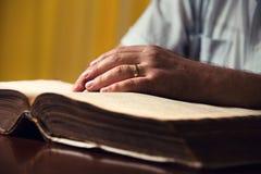在圣经的男性手 免版税库存图片