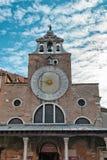 在圣贾科莫di Rialto Church,威尼斯的日规 免版税库存照片