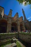 在圣索非亚大教堂博物馆的入口的Turists在伊斯坦布尔 免版税库存照片