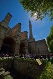 在圣索非亚大教堂博物馆的入口的Turists在伊斯坦布尔 免版税库存图片