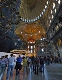 在圣索非亚大教堂博物馆里面的Turists在伊斯坦布尔 图库摄影