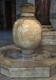 在圣索非亚大教堂里面的大理石缸 免版税库存照片