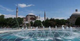 在圣索非亚大教堂附近的喷泉在伊斯坦布尔,土耳其 图库摄影